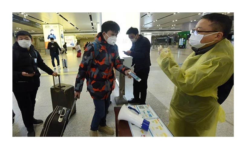 Người dân ở thành phố Hàng Châu bắt đầu phải xuất trình mã QR Code khi qua các trạm kiểm dịch.